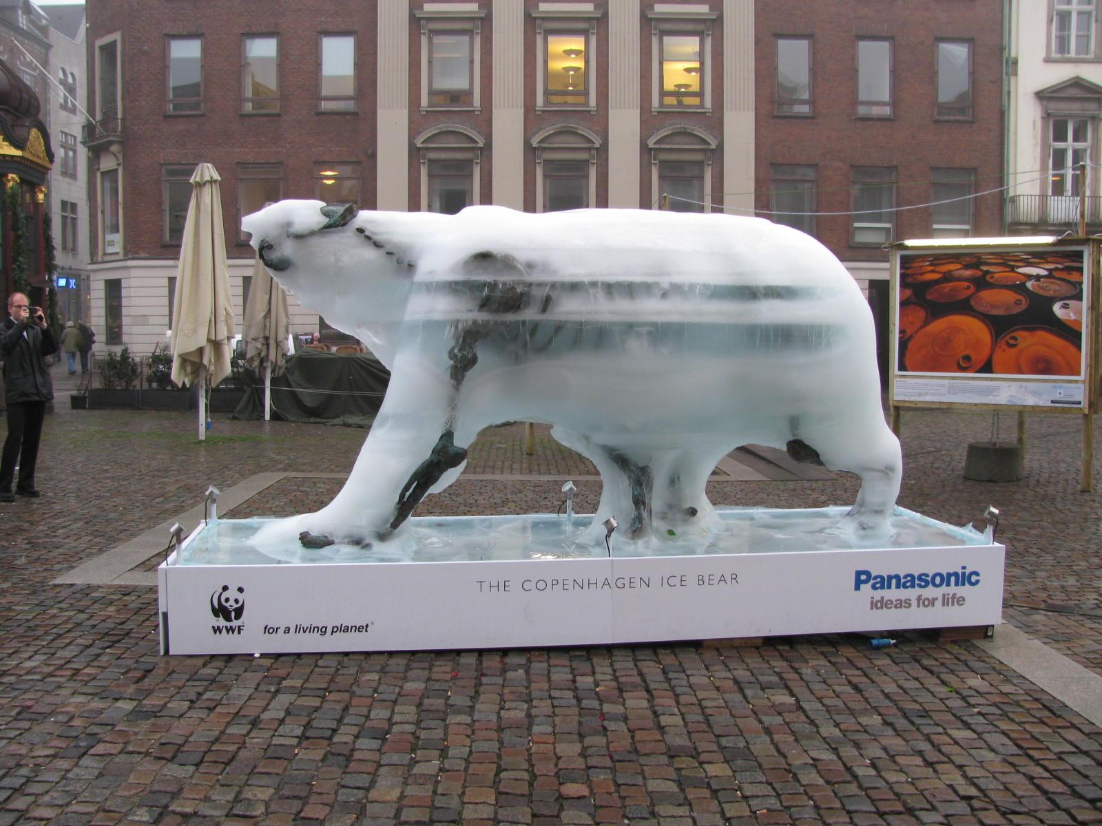 La scultura dell'orso polare